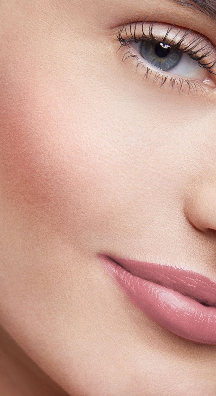 mujer rostro fresco y radiante con rubor petalo rosa compacto
